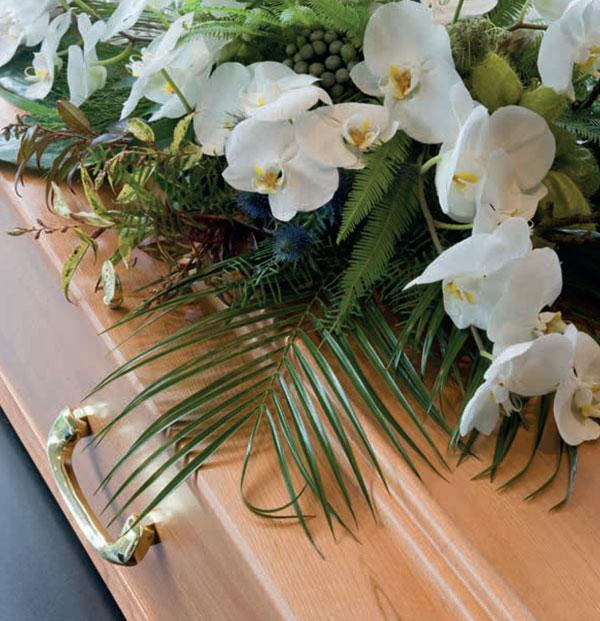 Ein Sarg dekoriert mit Blumen
